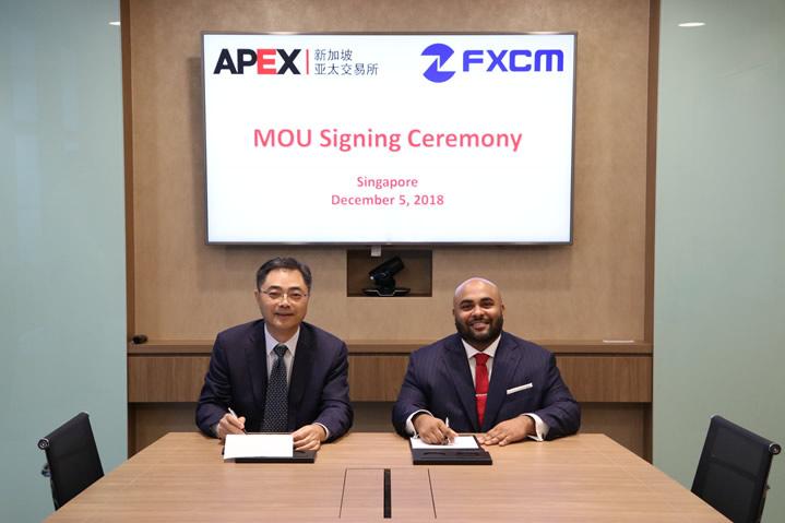 新加坡亚太交易所(APEX)首席执行官朱玉辰,与FXCM集团首席商务官Siju Daniel于新加坡共同签署了该协议